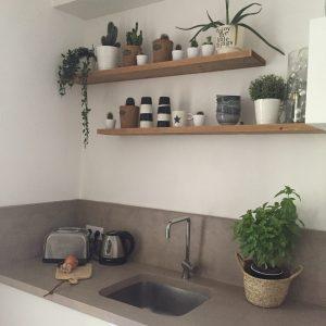 Réalisation Home staging cuisine étagères en bois